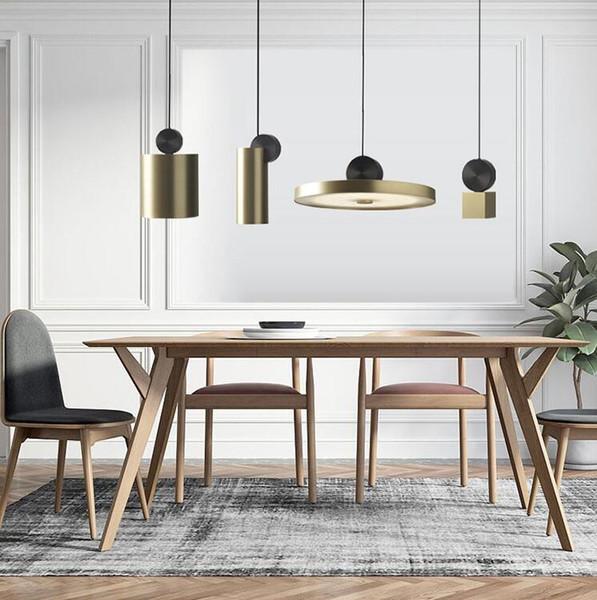 bộ đèn thả trần phía trên bàn ăn
