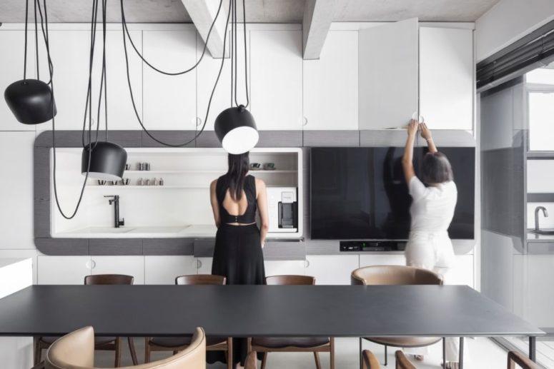 hai người phụ nữ đứng trong căn bếp màu đen trắng