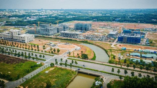 Các công trình đang xây dựng trên một khu đất gần đường