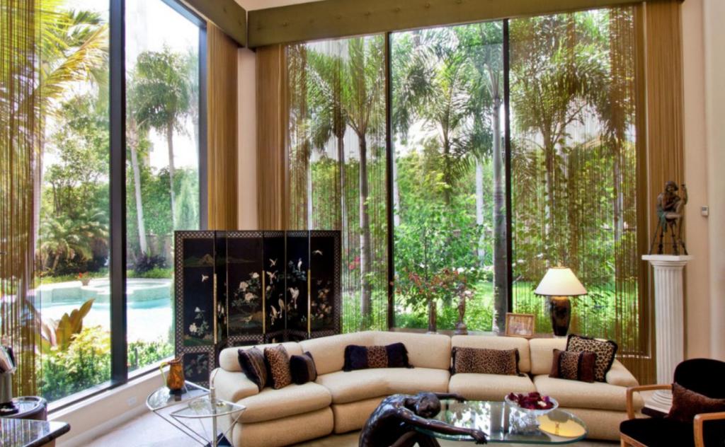 phòng khách với cửa sổ kính lớn