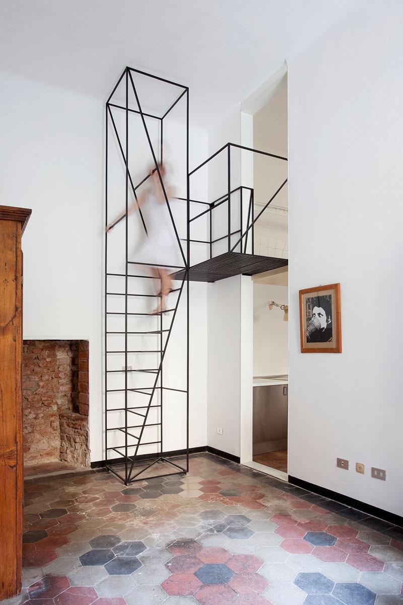 cầu thang bằng thép màu đen