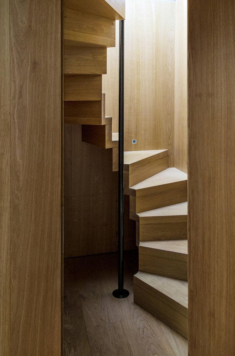 cầu thang gỗ trụ thép
