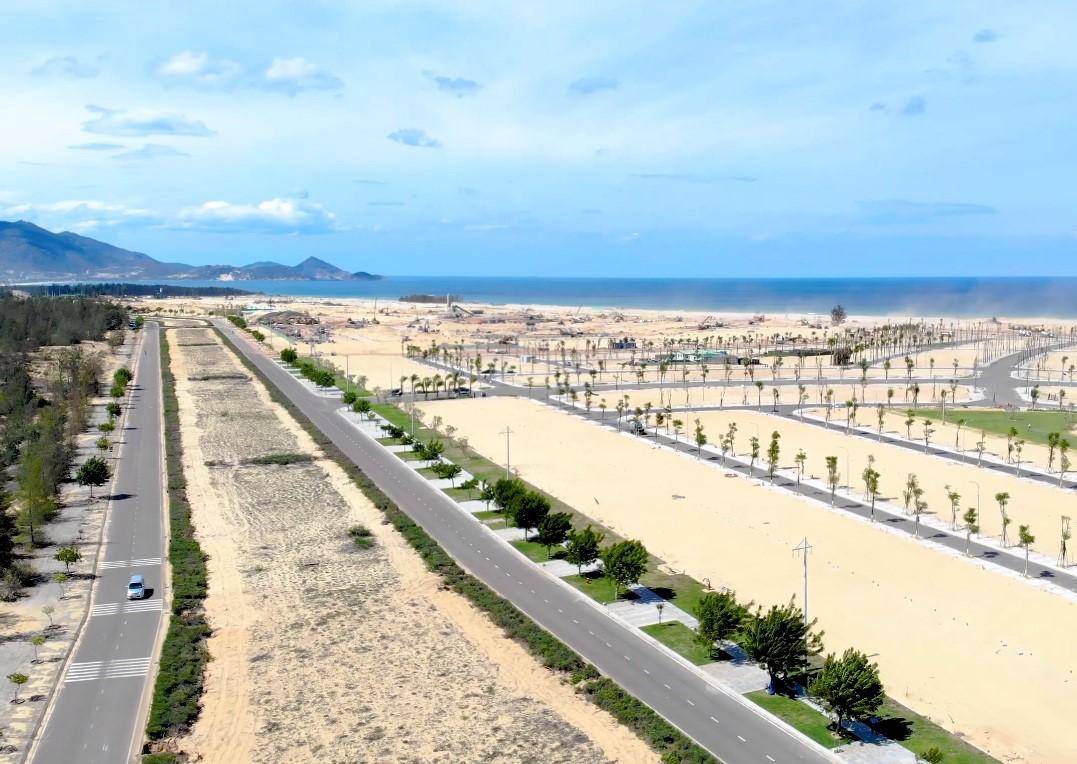 Một khu đất trống gần biển, có con đường chạy qua