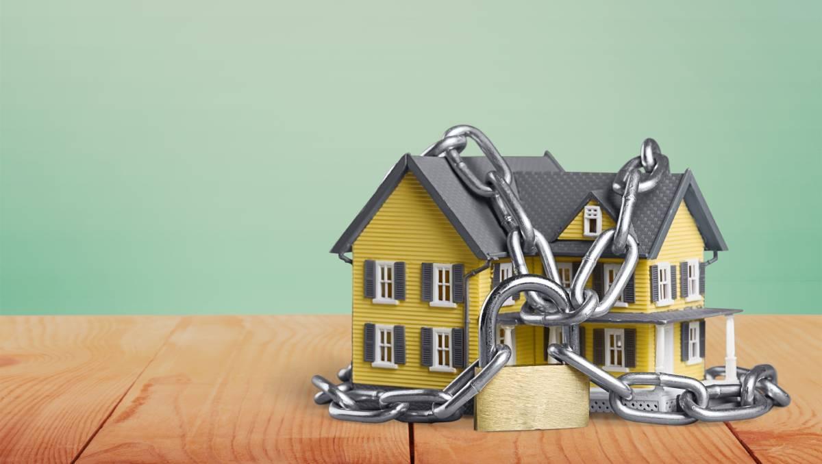 một ngôi nhà bị bao quanh bởi dây xích
