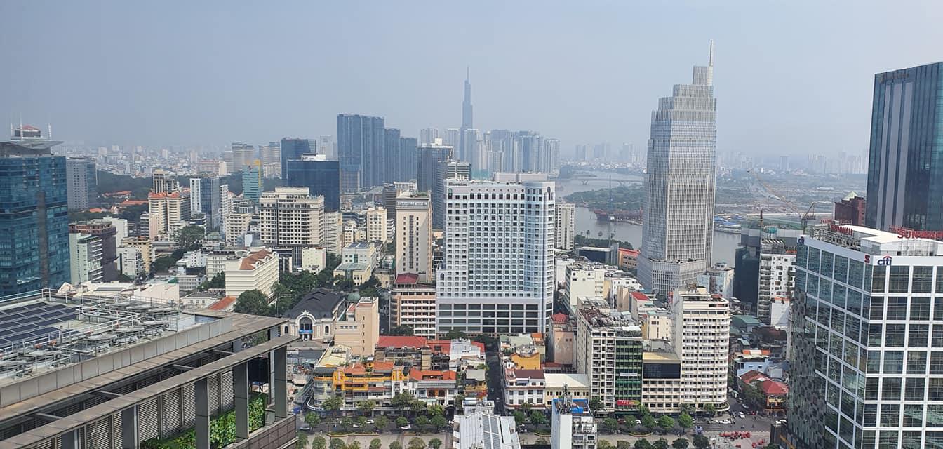 Một góc TP.HCM với những tòa nhà cao tầng hiện đại, mật độ dày đặc.