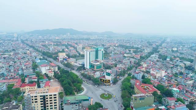 một góc TP. Thanh Hóa nhìn từ trên cao với nhiều nhà ở nằm hai bên trục đường lớn