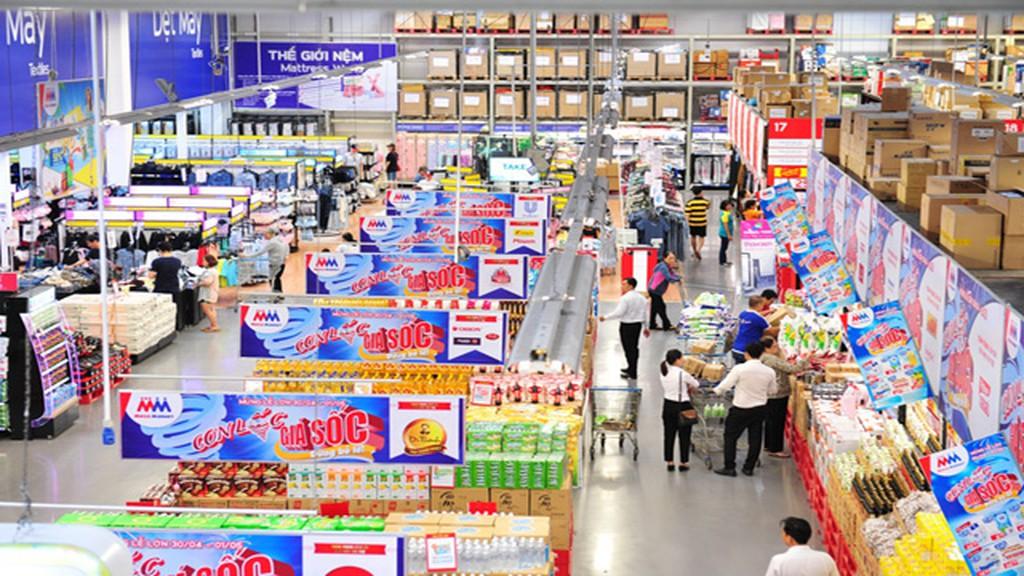 Mặt bằng bán lẻ trong một trung tâm thương mại chứa đầy hàng hóa, moyoj vài người xem hàng.