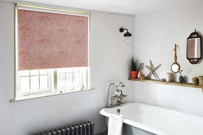 rèm cửa sổ màu hồng trong phòng tắm