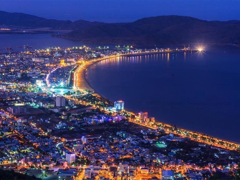 Khung cảnh đêm của thành phố nằm sát biển với những ánh đèn lung linh