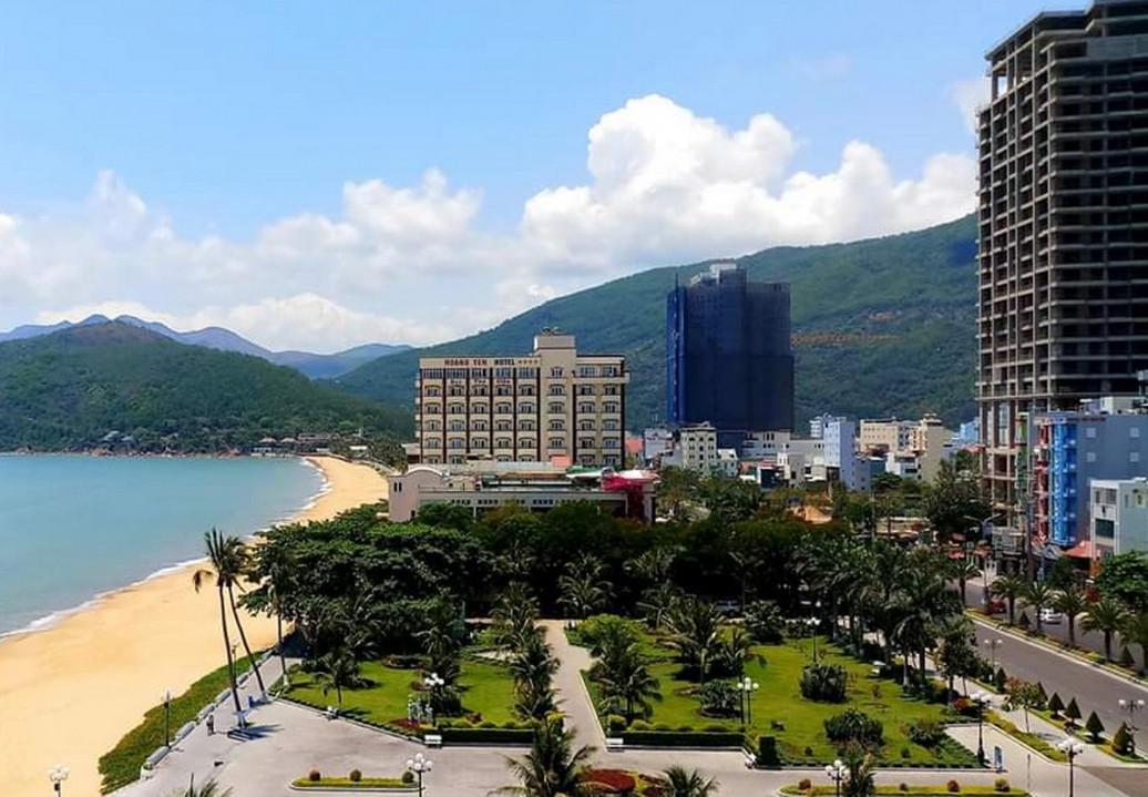 bất động sản nghỉ dưỡng condotel nằm ven biển cí cây cối và nhiều tòa nhà cao tầng