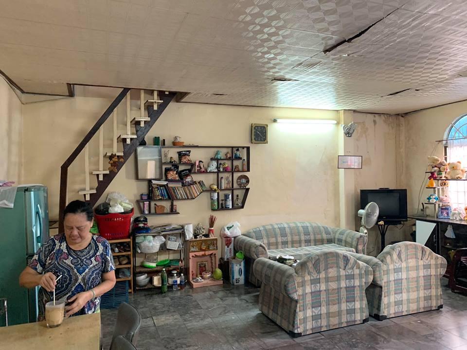 người phụ nữ đang pha đồ uống ở trong ngôi nhà cũ.