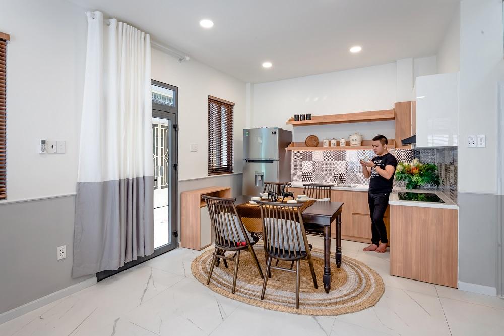 không gian sinh hoạt chung gồm bàn ăn, bếp và phòng khách