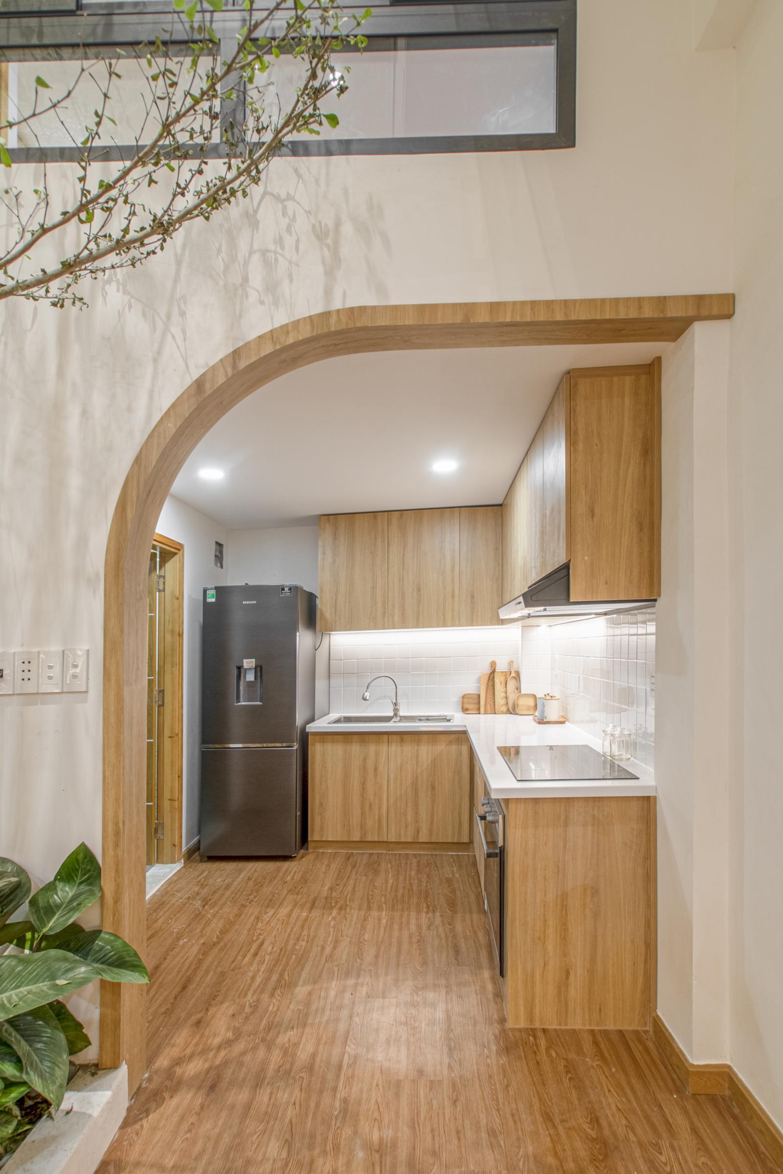 khu bếp với hệ tủ trên, dưới