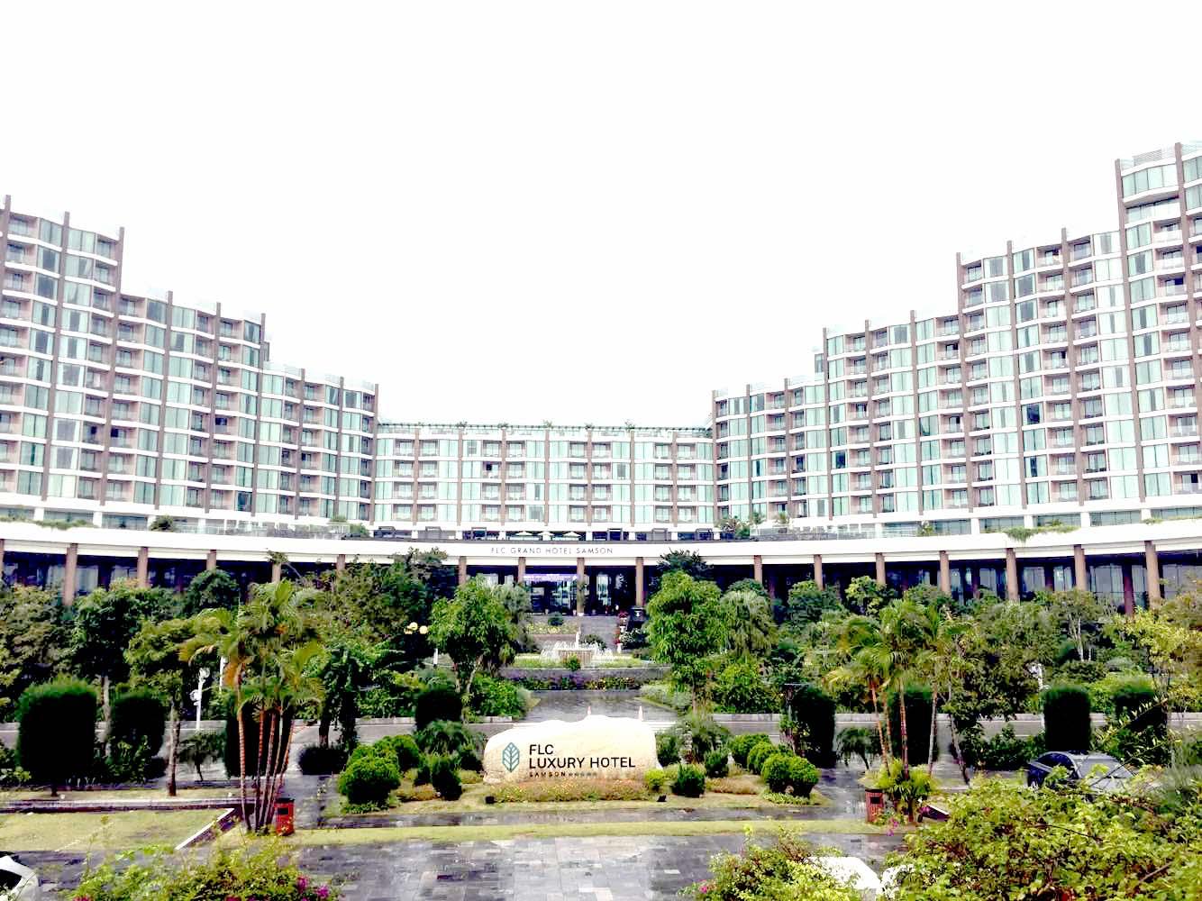 Dự án bất động sản nghỉ dưỡng của FLC gồm những dãy nhà cao tầng nối tiếp nhau, phía trước có nhiều cây xanh.  Tổng giám đốc FLC: Doanh nghiệp BĐS lao đao vì nhiều điểm nghẽn 20200220095158 2a33