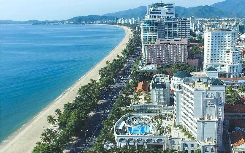 bất động sản nghỉ dưỡng ven biển có nhiều công trình cao tầng nằm sát tuyến đường ven biển
