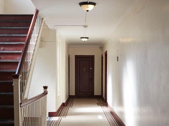 cửa vào căn hộ nhỏ