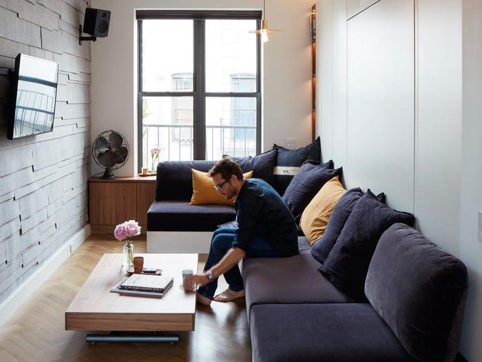 người đàn ông đang ngồi trên sofa trong phòng khách