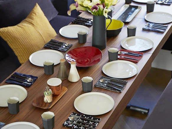 bát, đĩa trên bàn ăn