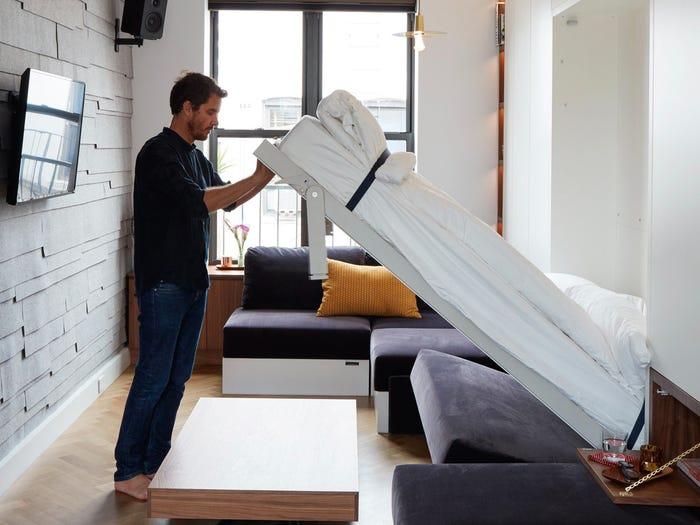 người đàn ông đang hạ giường Murphy từ trên tường xuống