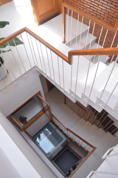 thiết kế cầu thang kết hợp giếng trời trong nhà ống