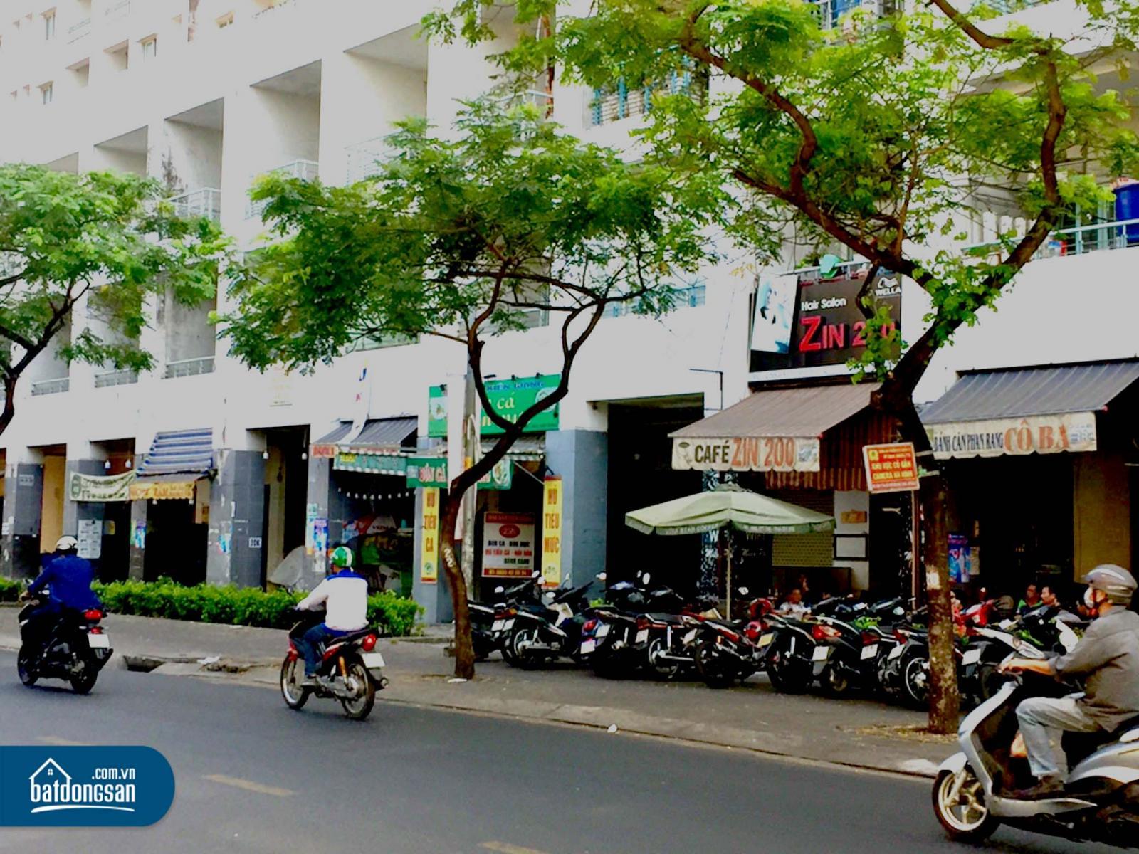 Dãy nhà phố thương mại trên đường phố Sài Gòn