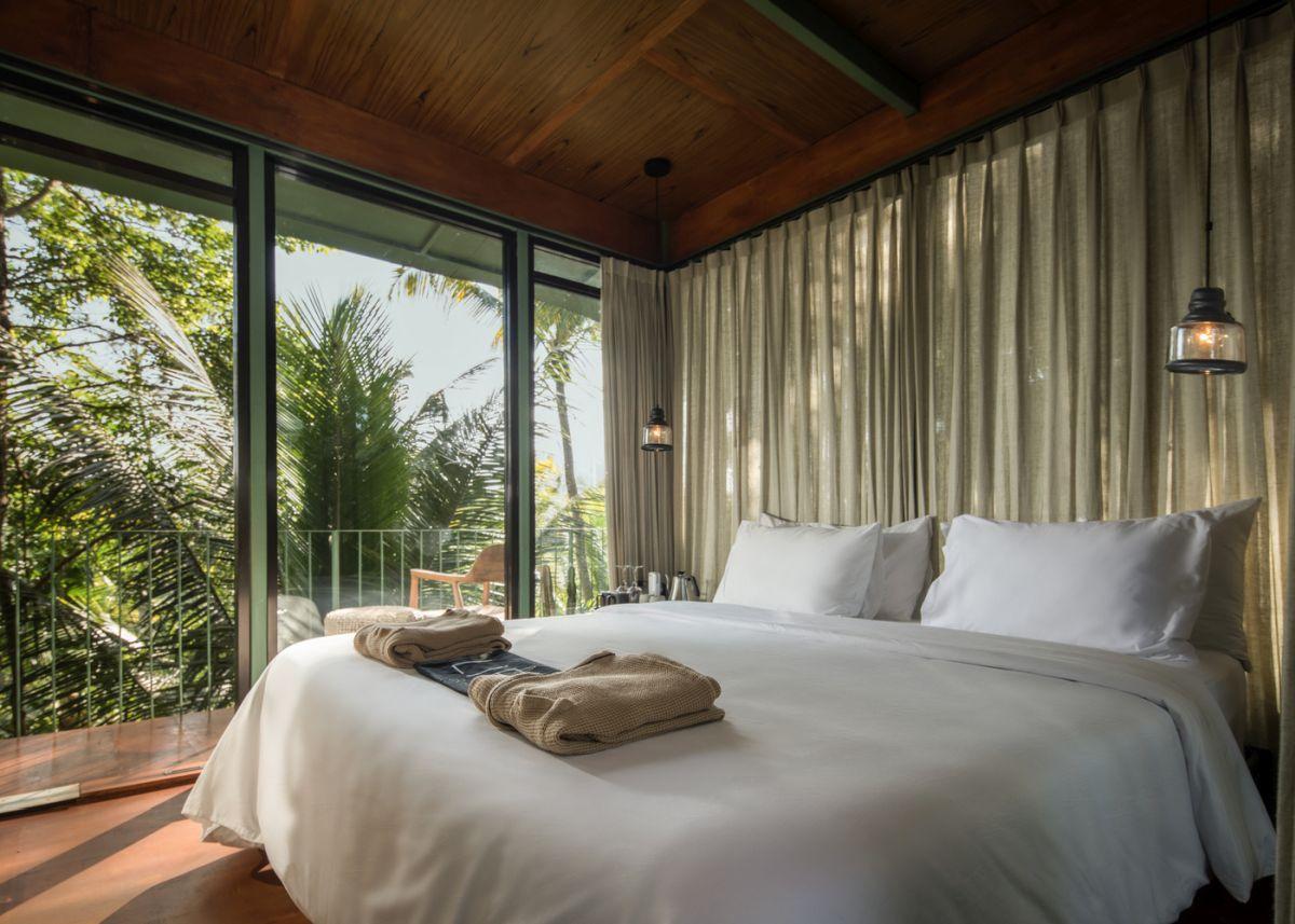 phòng ngủ sang trọng với chăn, ga, gối màu trắng