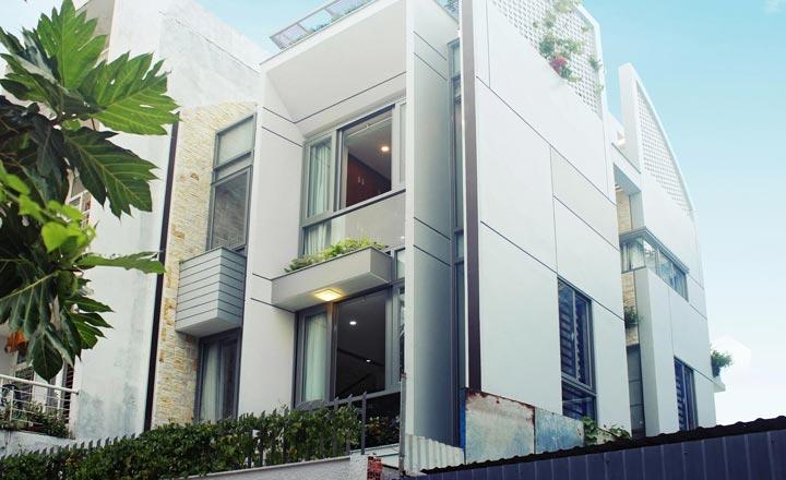 Hình ảnh bên ngoài ngôi nhà 3 tầng sơn màu trắng