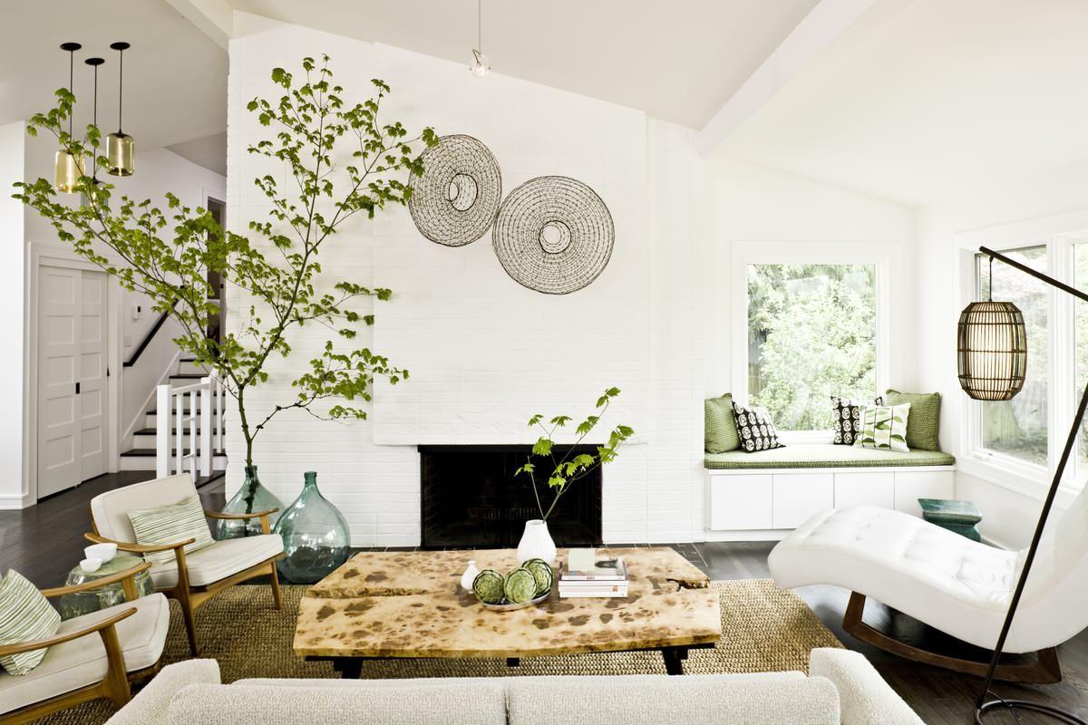 cây xanh trong phòng khách nhỏ màu trắng
