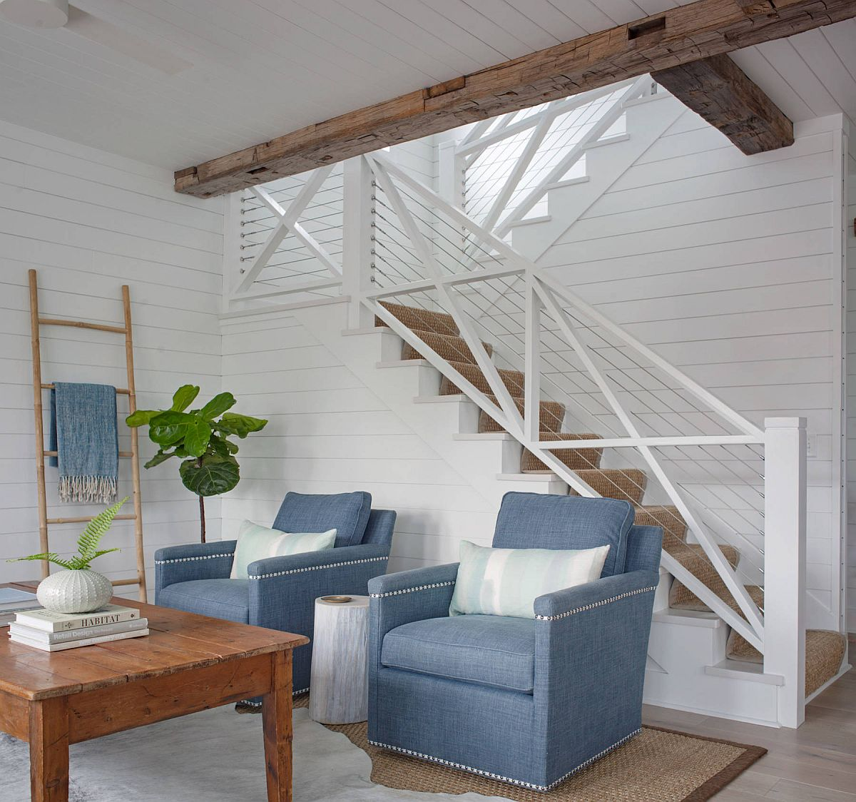 cặp ghế tựa màu xanh dương cạnh cầu thang
