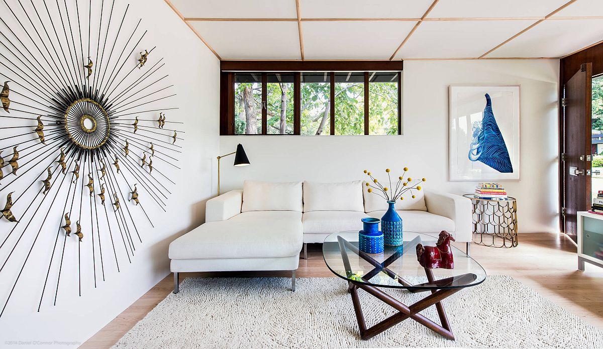 phòng khách màu trắng có trần nhà thấp