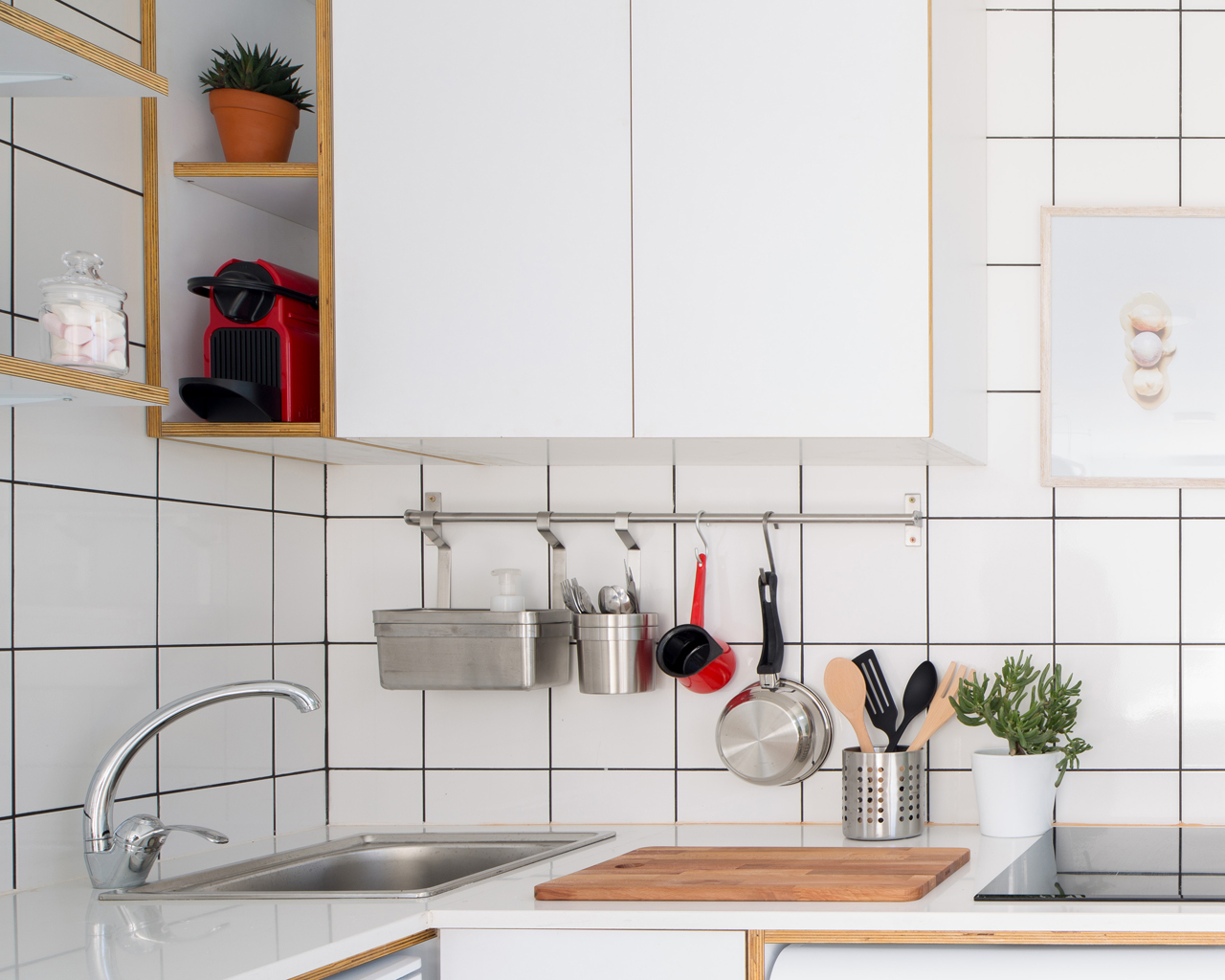bếp ốp gạch vuông màu trắng