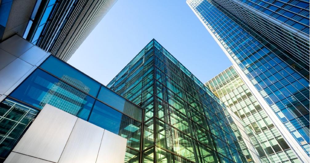 Ảnh chụp từ dưới lên những tòa nhà văn phòng cao tầng hiện đại liền kề nhau.