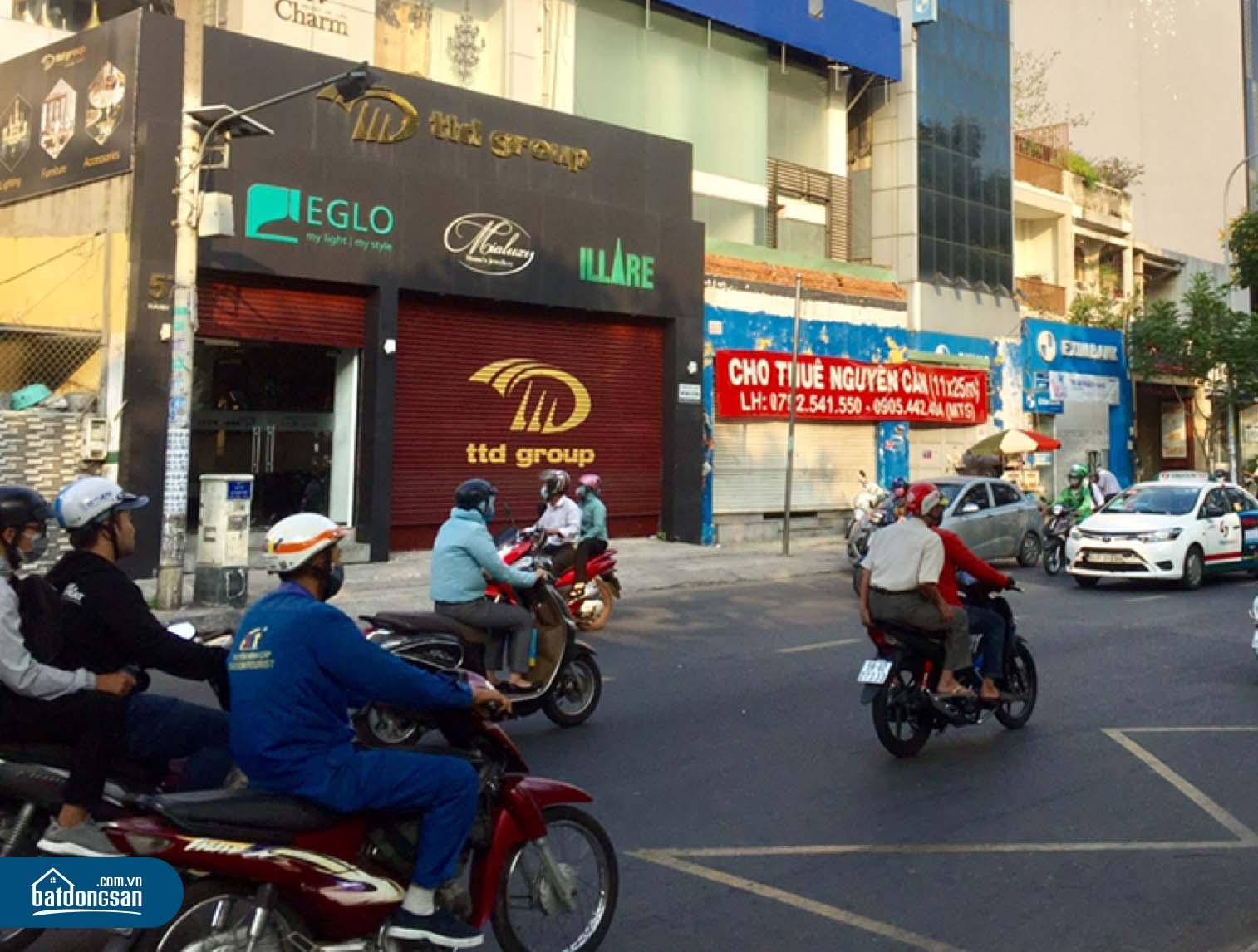 Bảng chào thuê mặt bằng kinh doanh nhà phố cạnh một con đường nhiều xe cộ đi lại.