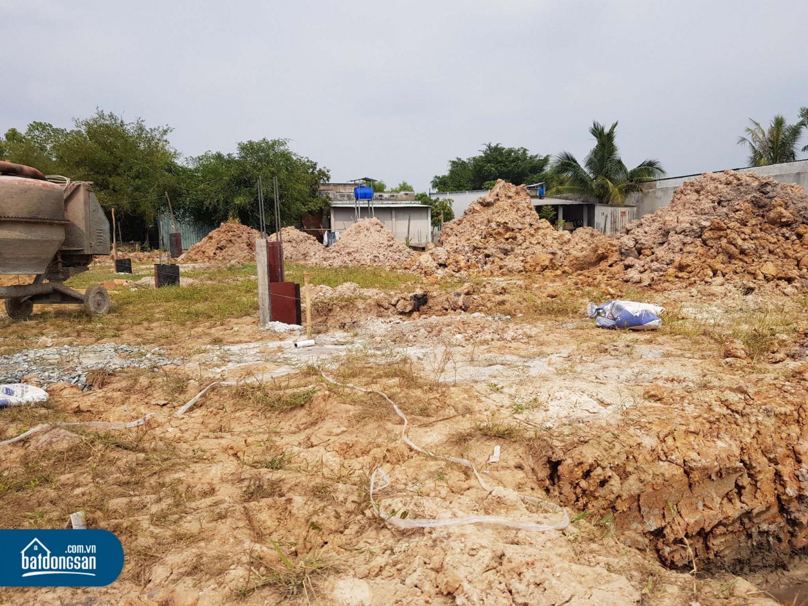 Bãi đất trống trong một dự án đất nền đang được thi công hạ tầng.