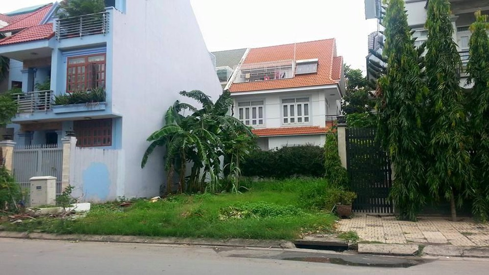 Mảnh đất xen kẹt nằm trong khu dân cư có những ngôi nhà khang trang, đây là thị trường ngách của dân đầu tư bất động sản.