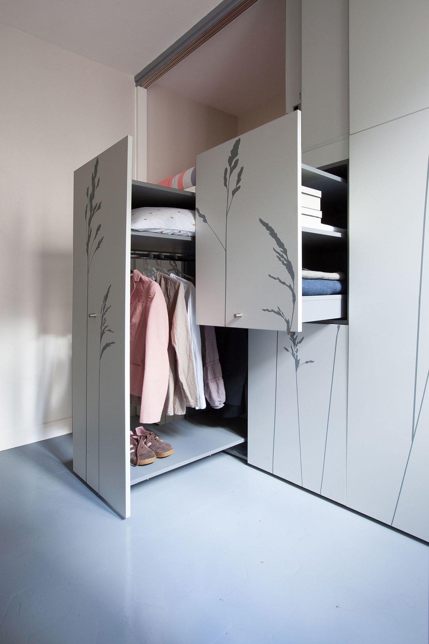 tủ quần áo được mở ra