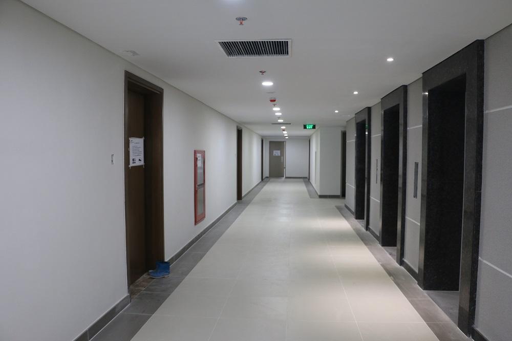Sảnh thang máy chung cư có một dãy căn hộ đối diện cửa thang máy phạm thế chu tước khai khẩu sát.