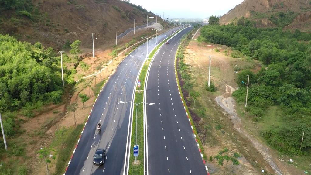 Ảnh chụp trên cao một đoạn đường Hoàng Văn Thái nối dài, hai bên là đồi núi.