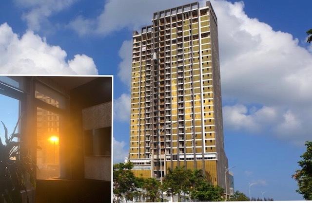 Tòa nhà cao tầng ốp kính màu vàng tạo phản quang vào bên trong một căn hộ.