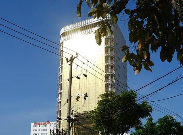Tòa cao ốc của ngân hàng SHB lắp kính mặt tiền màu vàng