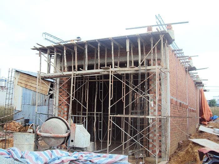 một ngôi nhà đang xây dựng
