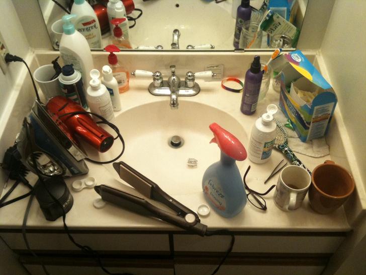 vật dụng cá nhân để lộn xộn trên mặt bàn bồn rửa