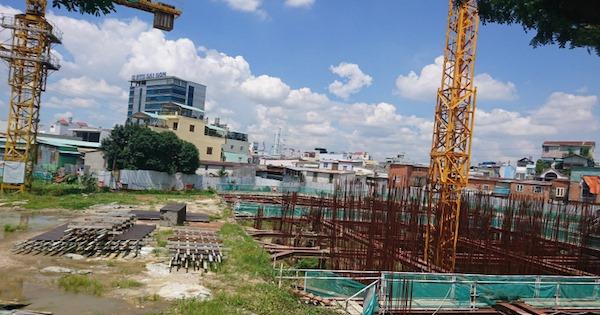 công trình đang xây dựng, xung quanh có nhà ở