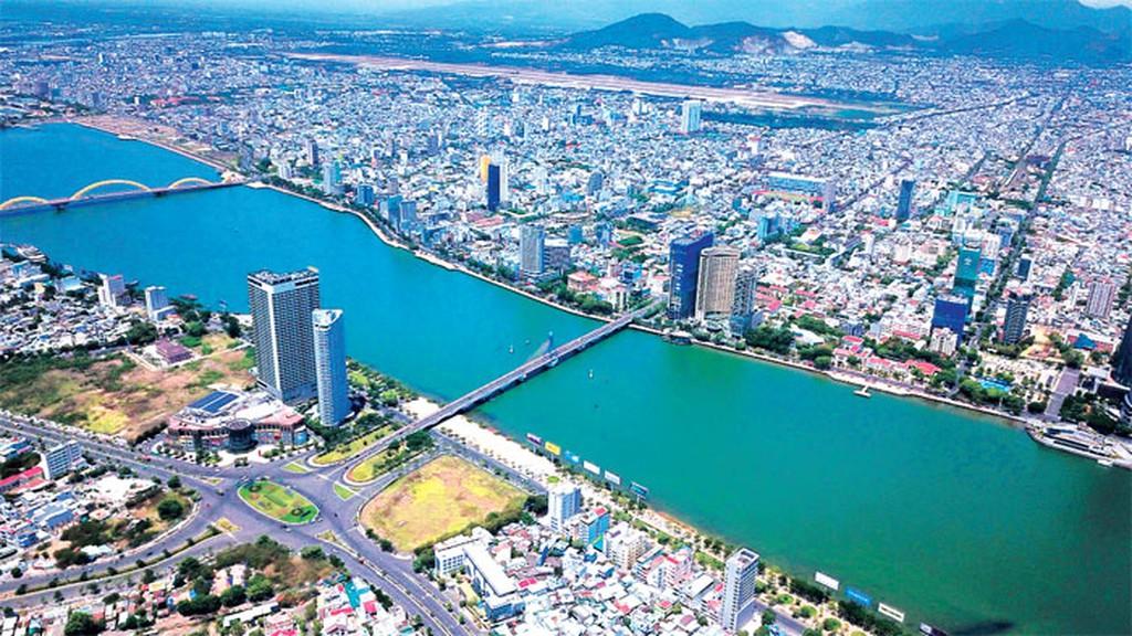 Đà Nẵng nhìn từ trên cao với nhiều tòa nhà nằm hai bên sông