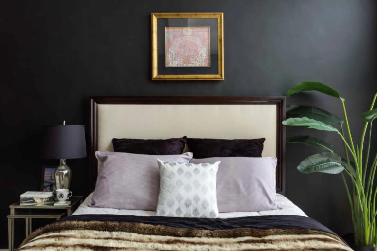 bức tường sơn đen trong phòng ngủ