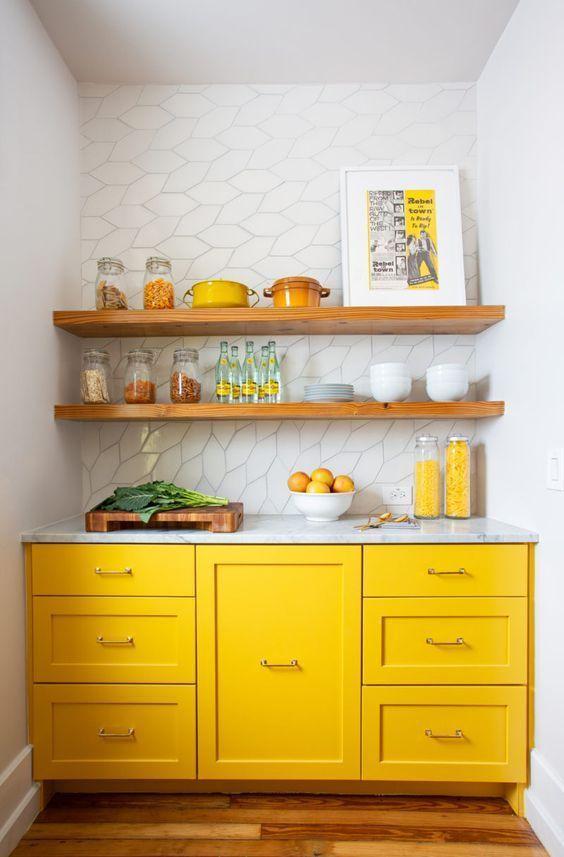 tủ bếp màu vàng tươi