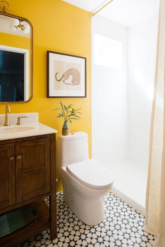 bức tường sơn màu vàng hoa cúc vạn thọ trong phòng tắm