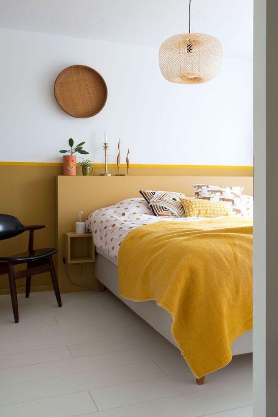 chăn màu vàng trong phòng ngủ nhỏ