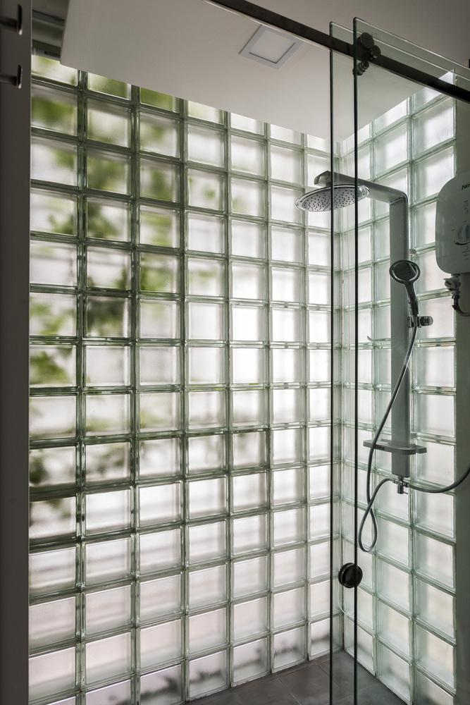 phòng tắm với tường gạch kính