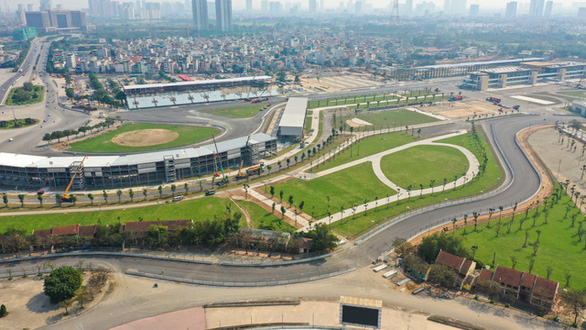 Ảnh chụp trên cao một đoạn Đường đua Công thức 1 , xung quanh là khu dân cư, bãi cỏ, nhà cao tầng.